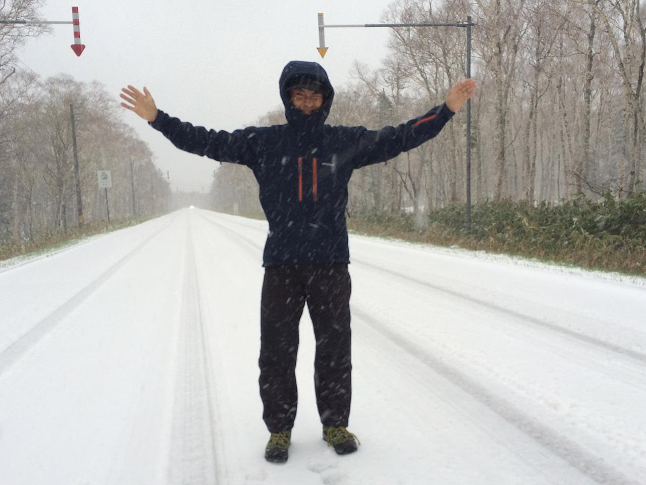雪に喜ぶ服部文祥さん