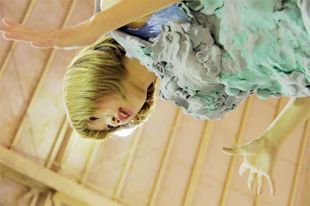 吹上ワンダーマップ・博多和宏 作品「着る女」