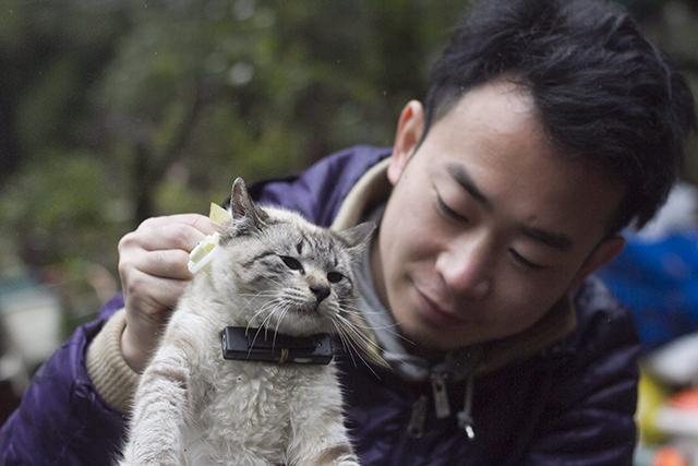 杉浦さんとネコカメラを付けたイーヨ