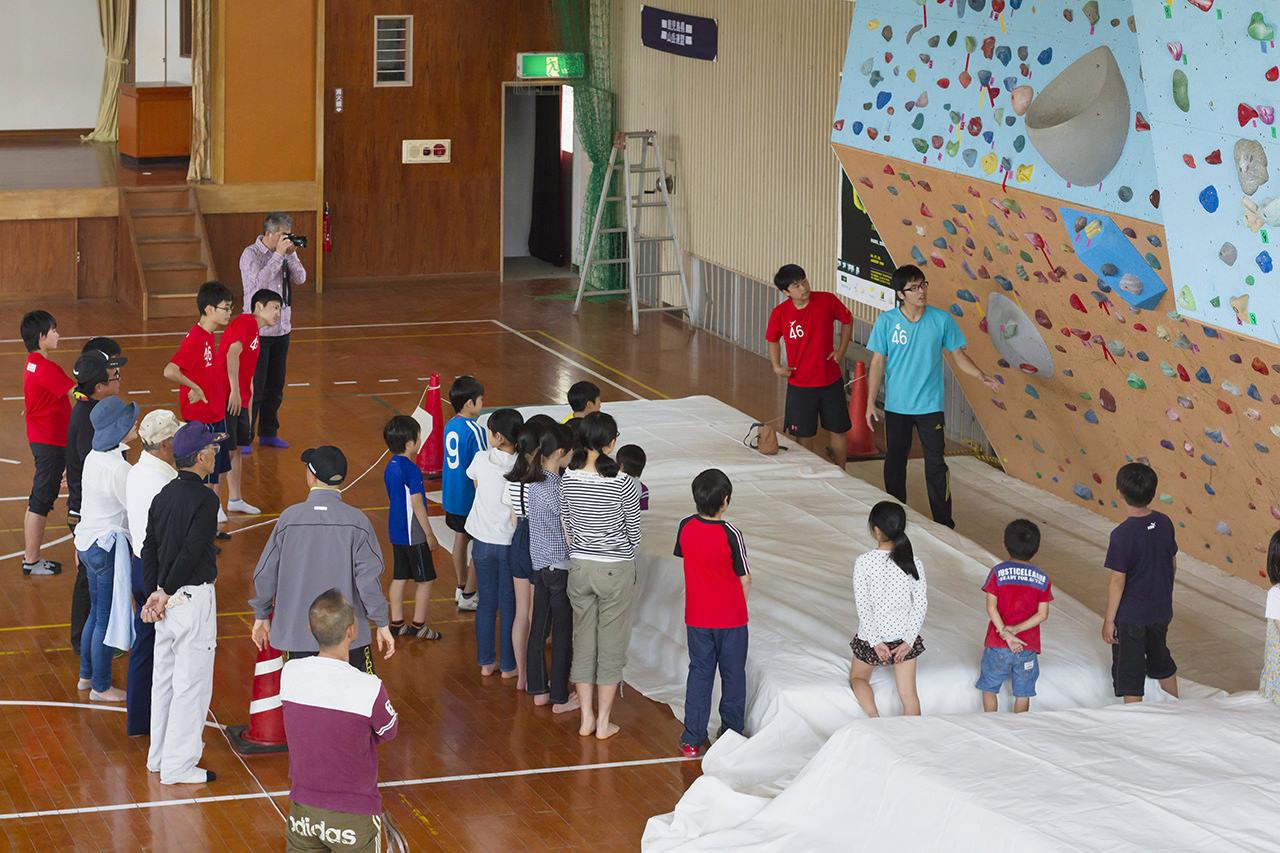 大坂小学校のボルダリングウォール